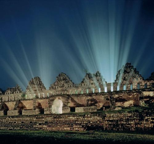 Город Ушмаль на полуострове Юкатан достиг пика могущества много позже, чем другие центры классической цивилизации майя. «Голубятня» с витиеватыми зубчиками крыш появилась в IX веке. Великие города майя на юге Мексики к тому времени уже лежали в руинах.