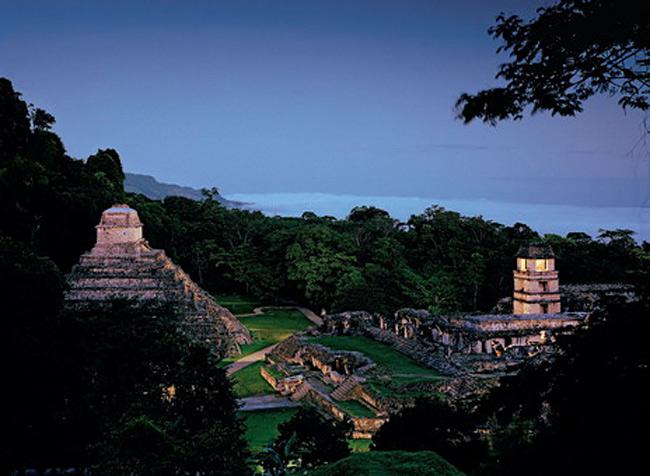 Величественные руины Паленке на склоне горы в Южной Мексике обозначают западную границу владений майя. Многие сооружения здесь были построены при Пакале, правившем в VII века. Он похоронен глубоко под Храмом надписей (на фото слева). В противостоянии город занимал сторону Тикаля. Но примерно в 800 году Паленке был разгромлен войсками из города-государства Тонина и утратил былое влияние.