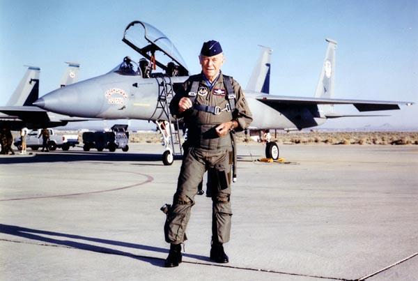 Десять лет назад ветеран Второй мировой и вьетнамской войн отставной бригадный генерал Чак Йегер отметил 50-летие первого сверхзвукового полета новым сверхзвуковым полетом на своем F-15. Фото: USAF.