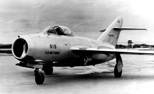 Самолеты МиГ-15 появились несколько позже Х-1 отчасти потому, что разработчики ставили комплексную задачу и стремились не только к преодолению звукового барьера, но и решению других технических задач. В результате машина оказалось настолько удачной, что долгое время различные ее модификации стояли на вооружении в разных странах. Этот экземпляр был доставлен с южнокорейского фронта в США, где его «осваивал» Чак Йегер. Фото: USAF.