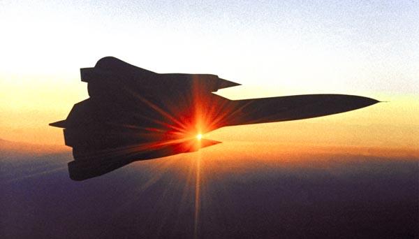 Уже первые полеты самолета YF-12C в 1962 году положили конец спорам о преимуществах стреловидных крыльев. Он послужил прототипом самолета SR-71 со стреловидностью 60°, поставившего несколько рекордов и втрое превысившего скорость звука. После этого преимущества стреловидных крыльев стали казаться очевидными. Фото: DFRC/NASA.
