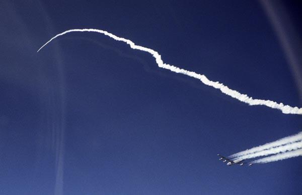 Гиперзвуковой беспилотный «скрамджет» Х-43а более чем втрое превысил рекорд скорости SR-71. Схема полета получилась довольно сложной: сначала бомбардировщик выводил сборку на высоту в 10 000 метров, после чего отстрелившаяся ракета разгонялась до 7М, одновременно поднимаясь на высоту 30 000 м. Дальше до 10М «скрамджет» разгонялся уже сам. Фото: Jim Ross/DFRC/NASA.